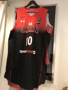 栃木ブレックス#10の竹内公輔選手のJAPANユニフォームが大きすぎて、バレーボール栗原恵選手のユニフォームの額からはみ出してしまう…